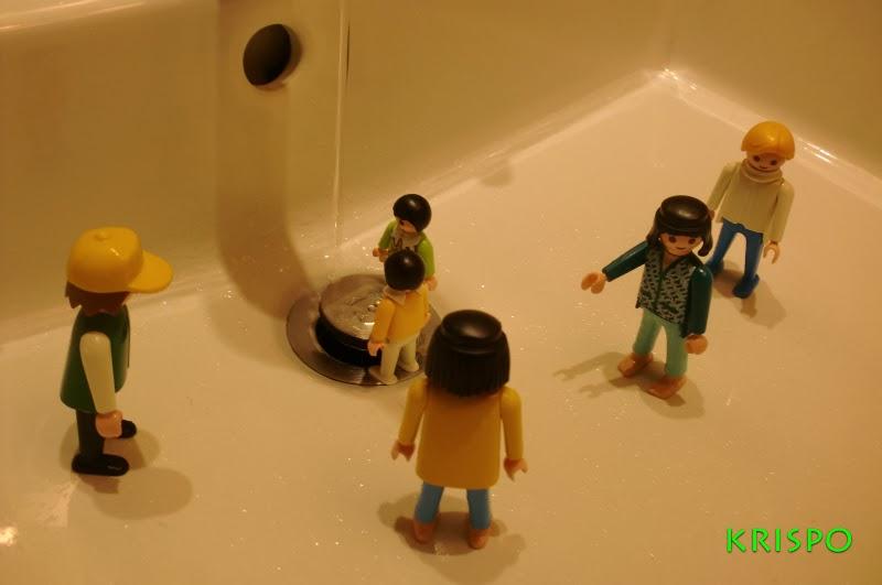 clicks jugando con agua en el lavabo del baño