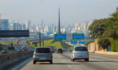 O skyline de São Paulo se descortina para a Rodovia dos Bandeirantes, após a passagem pelo Pico do Jaraguá.