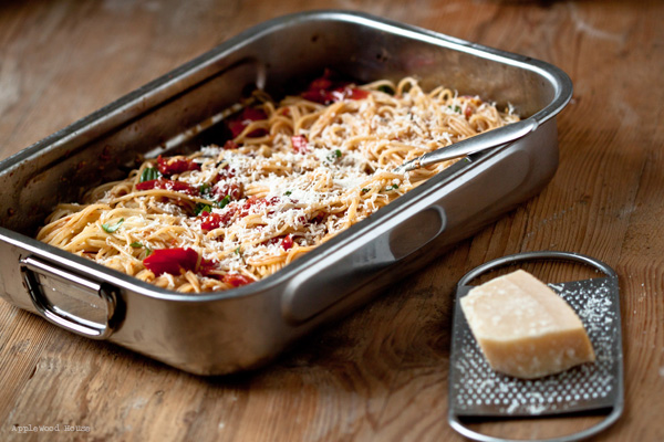 Spaghetti mit Tomaten und Knoblauch im Backofen geschmort