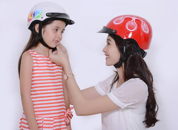 Thủ tướng ra chỉ thị 'bắt buộc đội mũ bảo hiểm đối với học sinh từ 6 tuổi' 1