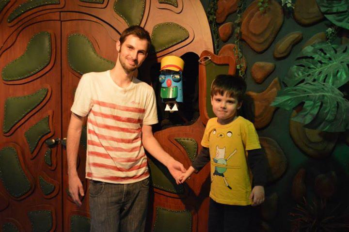 Eu e meu filho com o porteiro do Castelo Rá Tim Bum