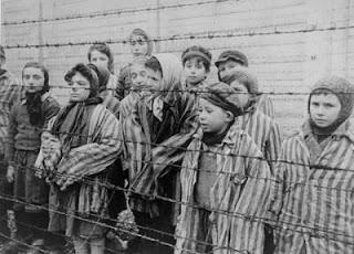 Judios en un campo de concentración