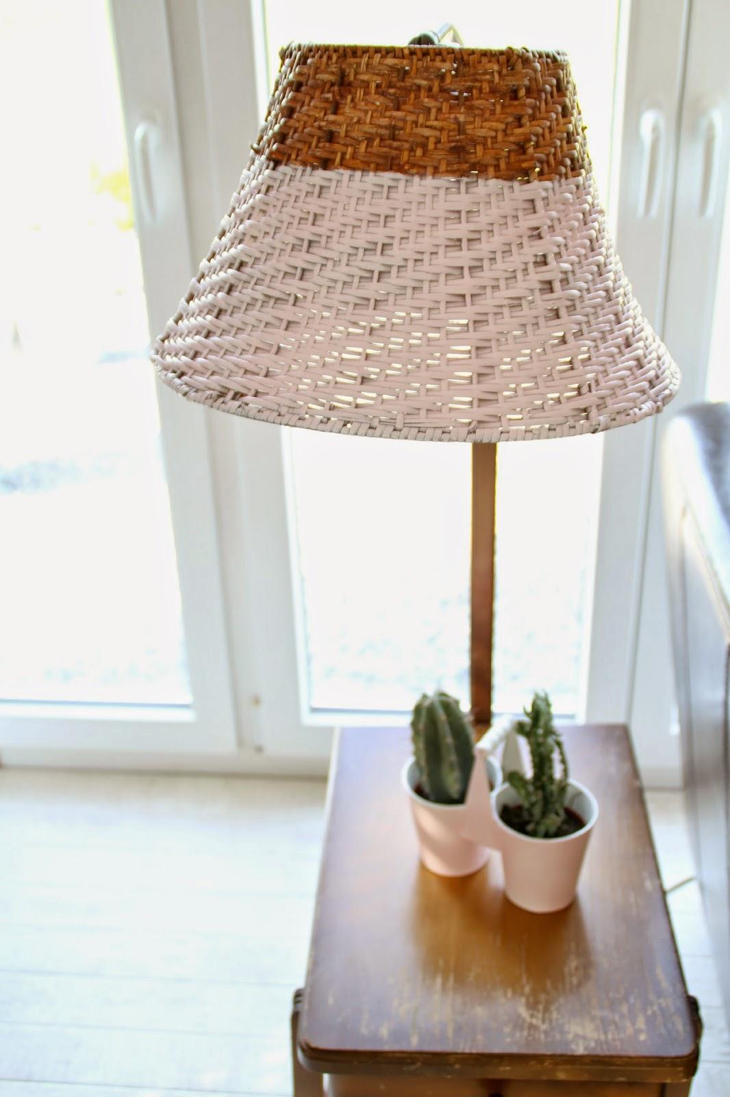 antiker Lampen-Beistelltisch mit Bast-Lampenschirm zur Hälfte rosa angepinselt