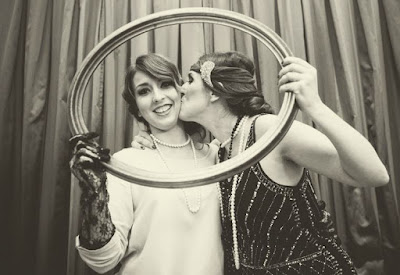 Las hermanas AtodoConfetti en la fiesta Twenties con tocados nila taranco