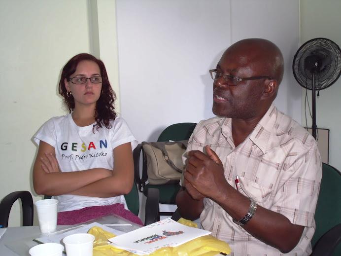 Prof. Pedro e Sâmela durante debate no curso