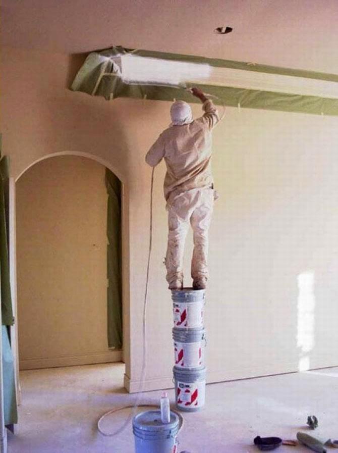Un peintre perché sur des pots, bonjour la sécurité au travail !