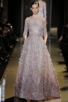 défilé haute couture d'Elie saab paris en 2013 robe sublime parme mauve en dentelle brodée de perles de fil de soie de paillette et de plumes. Mannequin brune de la fashion week