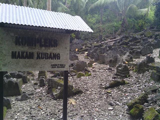 Kompleks Makam Kubang Desa Pamboqborang