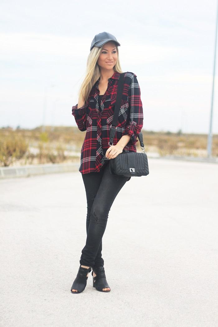 O padrão de xadrez continua em alta no Outono/Inverno 2015-2016. O tartan é um padrão clássico, mas pode ter algumas pequenas variantes... Look do dia/Outfit. Sporty Chic/Desportivo Chique. Camisa de xadrez tartan. Ripped jeans. Vermelho e preto. Couro. Tendências Outono/Inverno. Dicas de Moda. Style Statement. Blog de moda portugal