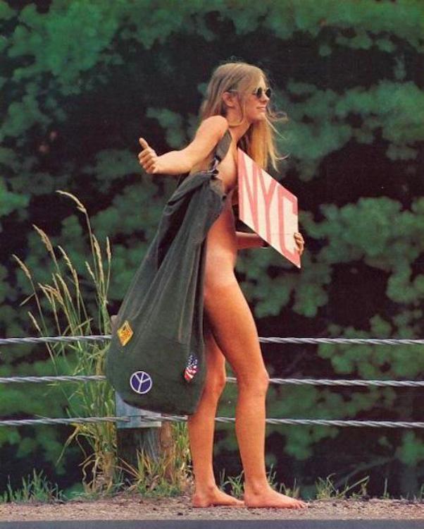 chica hippie desnuda haciendo autostop