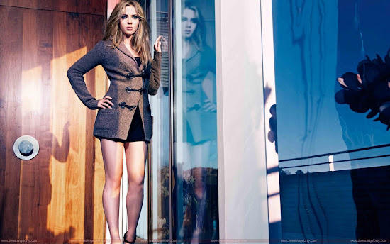 Scarlett_Johansson_milky_legs