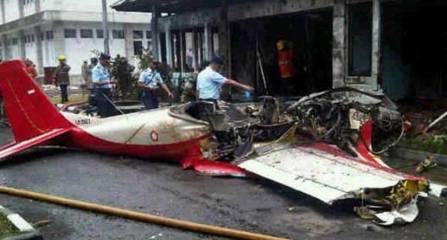 Pesawat aerobatik TNI AU - AS 202 B yang jatuh di Bandung Air Show 2012