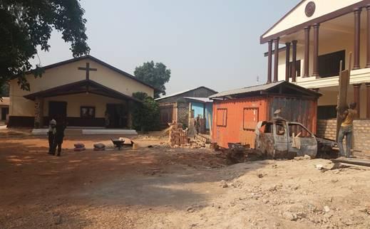 Prajurit TNI Tengah Bantu Perbaiki Gereja Senegalisme di PK.5 Bangui