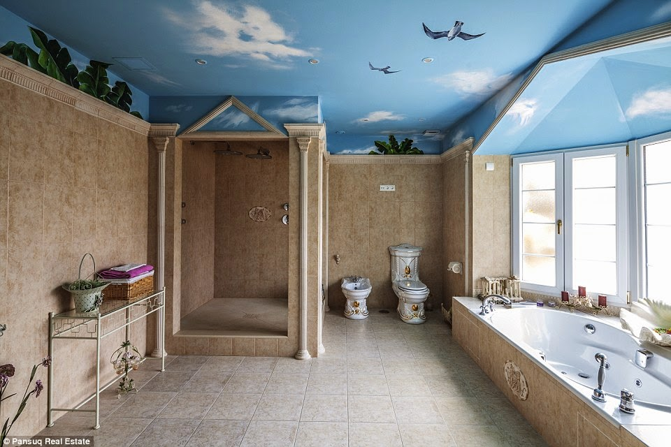 حمام لأحد غرف الفيلا