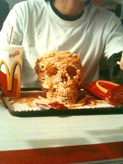 typ baut totenkopf aus pommes bei mcdonalds.