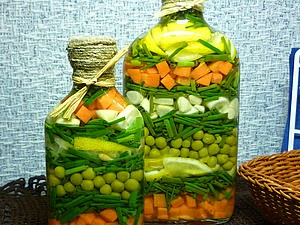 Декоративная бутылочка с овощами