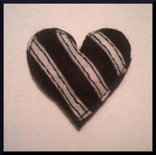 broche fieltro corazón blanco y negro