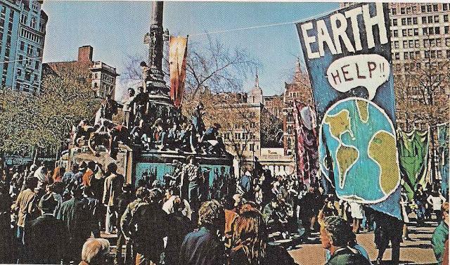 Uma nova revolução começou de mãos dadas com o hippismo, a maconha, o amor livre e o pacifismo pro-soviético. Earth Day 1970 em NYC.