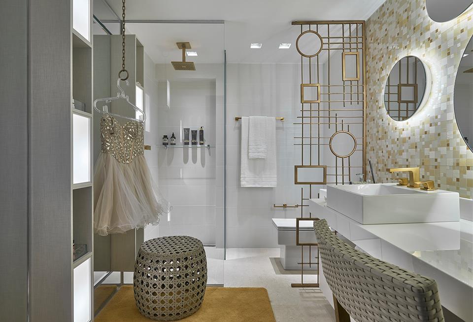banheiros com metais e detalhes dourados : revestido de m?rmore e com metais dourados projeto myrna porcaro