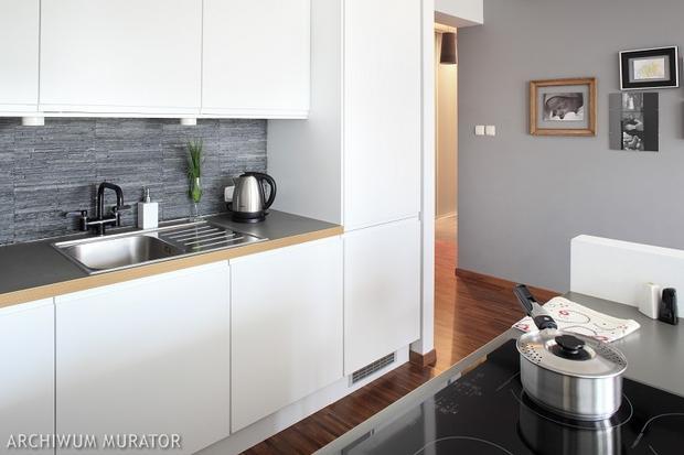 8 kuchni minimalistycznych  SPOD KANAPY -> Bialo Szara Kuchnia Z Czarnym Blatem