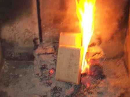 Rozpalenie w kominku od gorącego żaru to nie problem