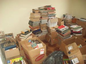 Parte do acervo de livros armazenados no Centro Comunitário de Miguel Burnier