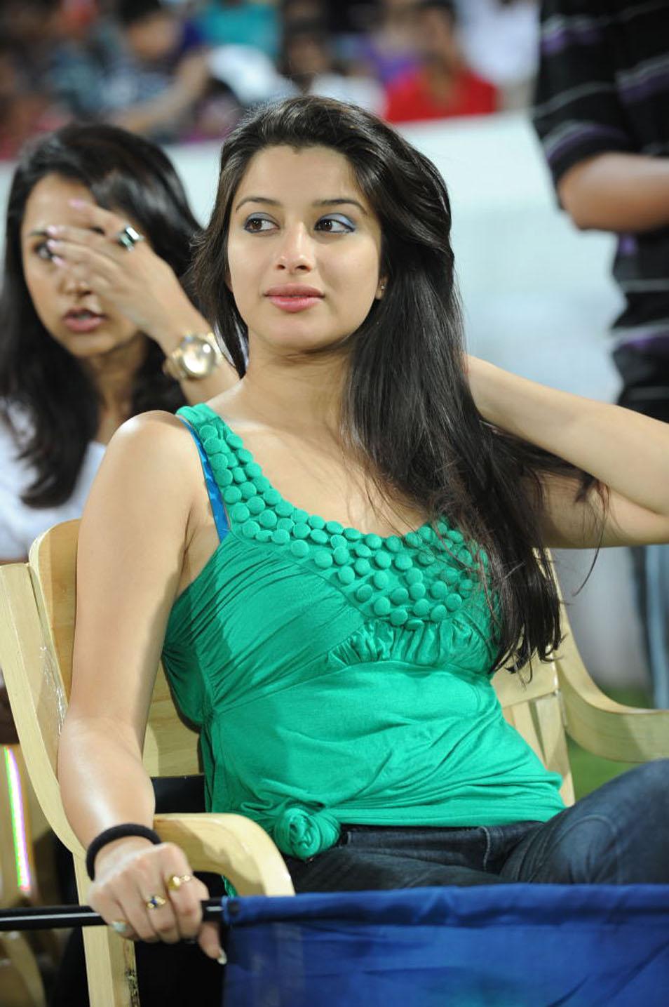 File:Trisha at Celebrity Cricket League, 2014.jpg ...