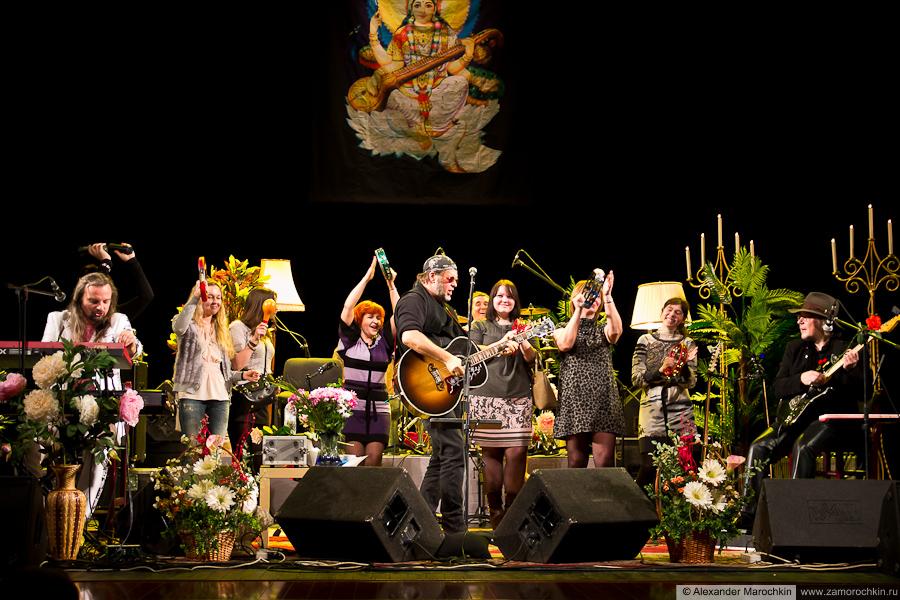 Аквариум и девушки с бубнами на сцене в Саранске 09.02.2013