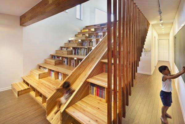 es una escalera que adems es biblioteca tobogn para los nios y en momentos los escalones sirven para sentarse a ver una pelcula como