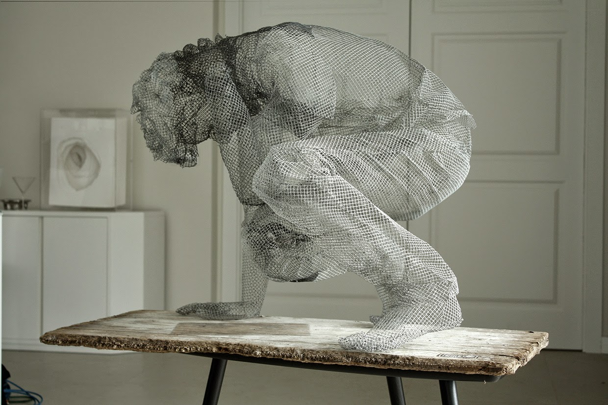 10-Ricordi-Memories-Edoardo-Tresoldi-Chicken-Wire-Sculptures-of-People-Frozen-in-Time-www-designstack-co