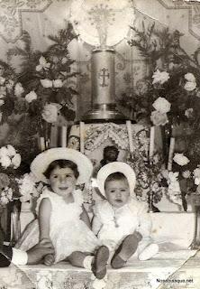 Dos niñas en un altar de procesión en Candelario Salamanca