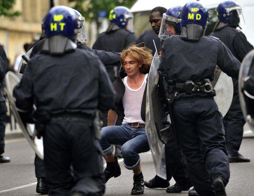 foto-kerusuhan-london-inggris-2011-18