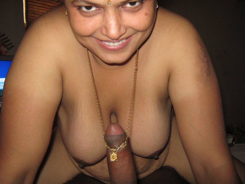 Nude desi aunty showing bog boobs n gaand pics | Naked Aunties
