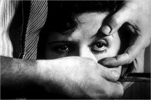 Fotograma de la película: Un perro andaluz que muestra cómo un hombre con una navaja de afeitar sujeta la cara de una chica a la que pretende cortar el ojo