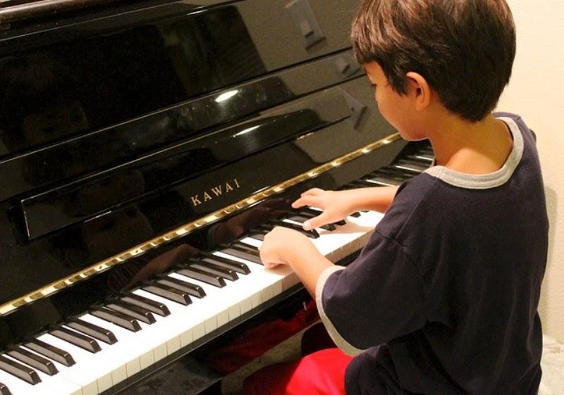 Foto gambar anak laki-laki keren bermain piano