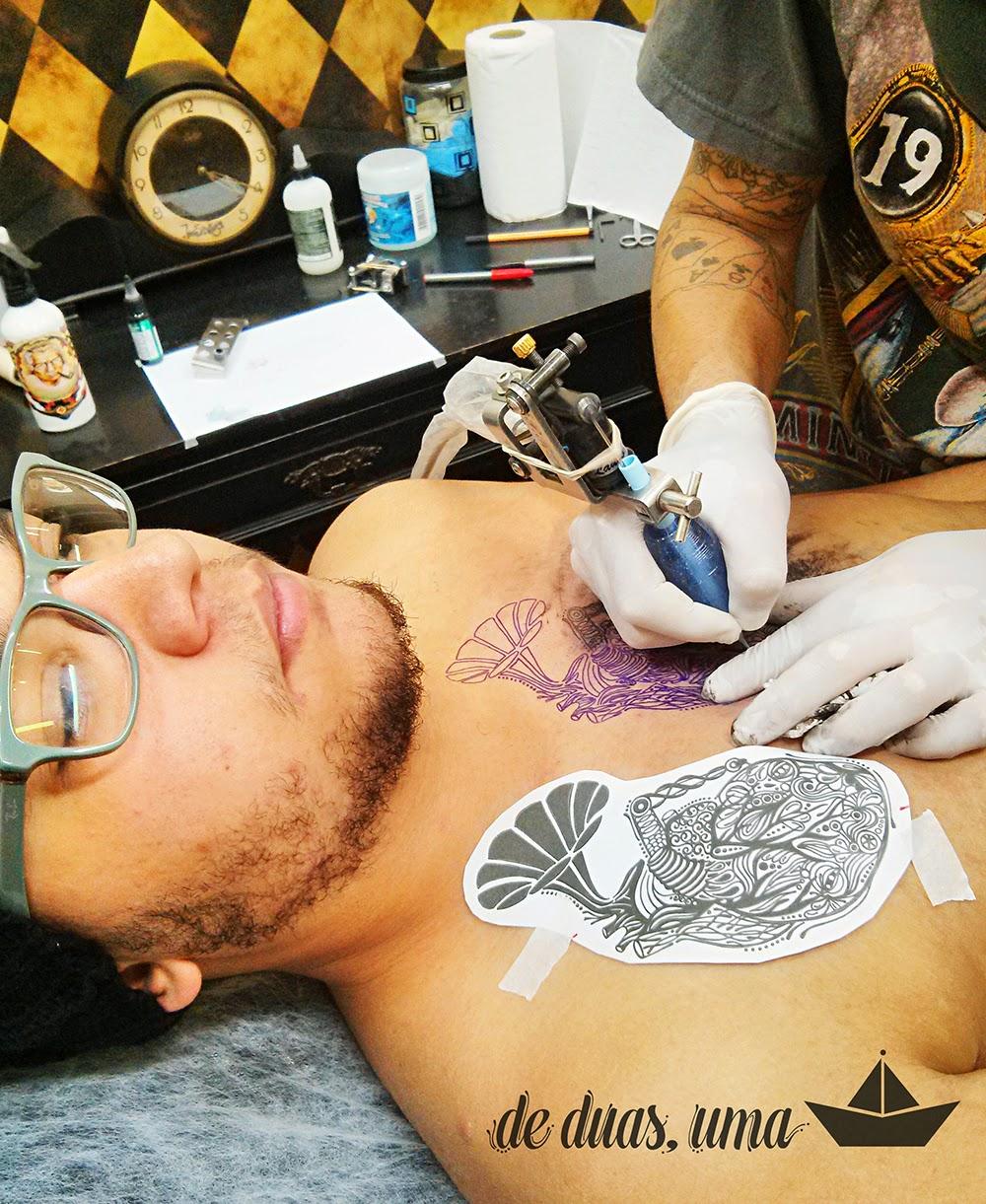 rafael chevi tatuando coração de duas, uma