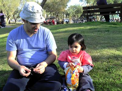 אני ותהל החמודה אוכלים במבה