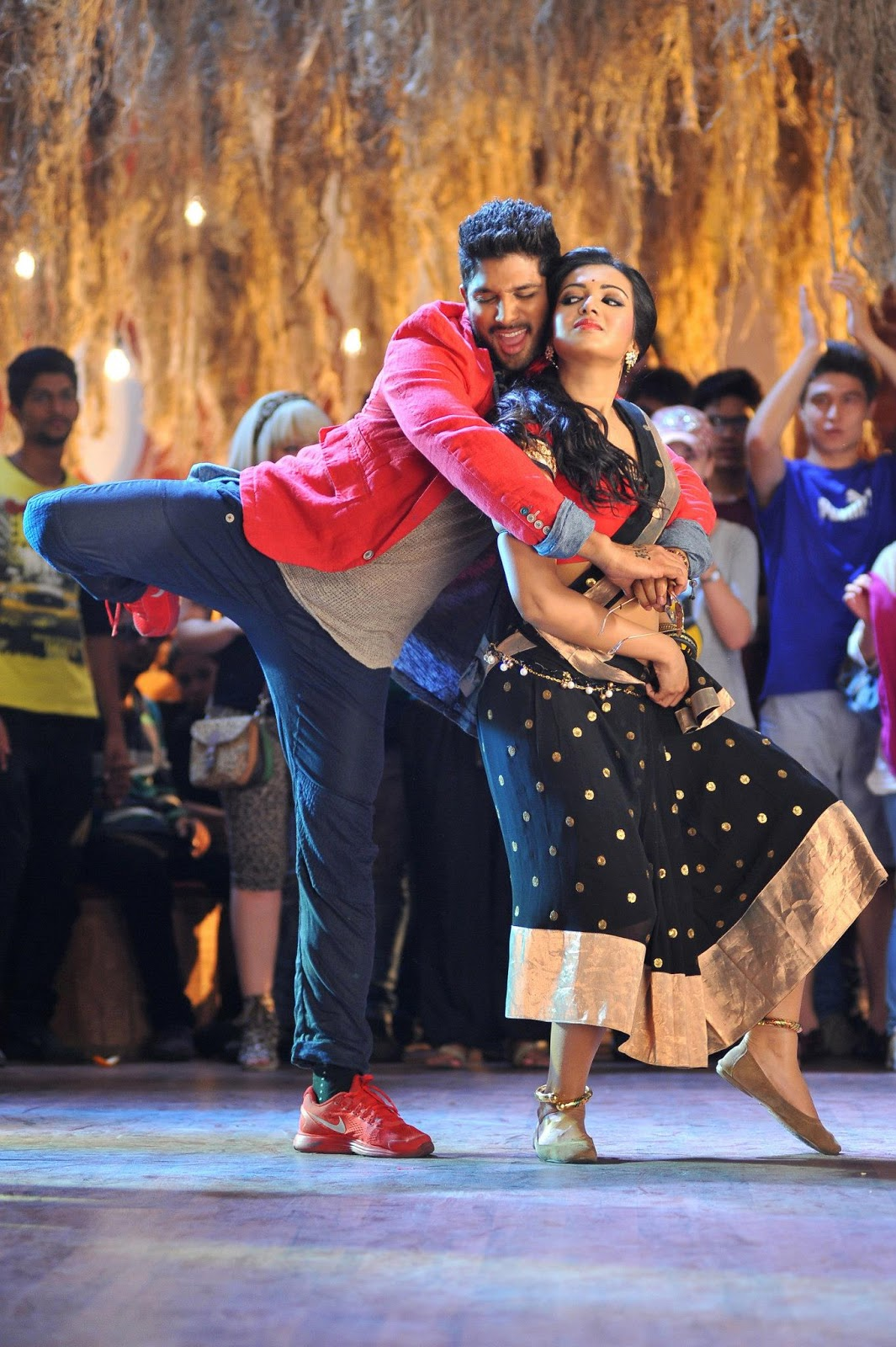 Iddarammayiltho Top Lesi Poddi Song hot Stills
