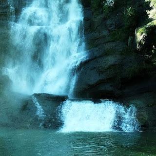 Cascata de Santa Bárbara, no Distrito de Ana Rech, em Caxias do Sul. Base da queda d'água e poço.