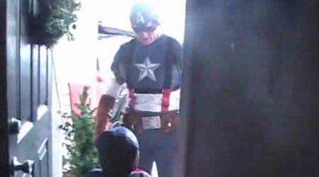 Tentara Ini Memakai Kostum Captain America Demi Anaknya