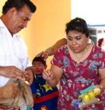 Sonia Cuevas dirigente CNC Campeche entrega Juguetes a Kinder de Kilakán en Calkiní. 2may11.