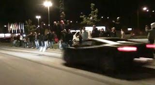 Gila: Lompat dia atas Lamborghini Yang Sedang Bergerak Laju
