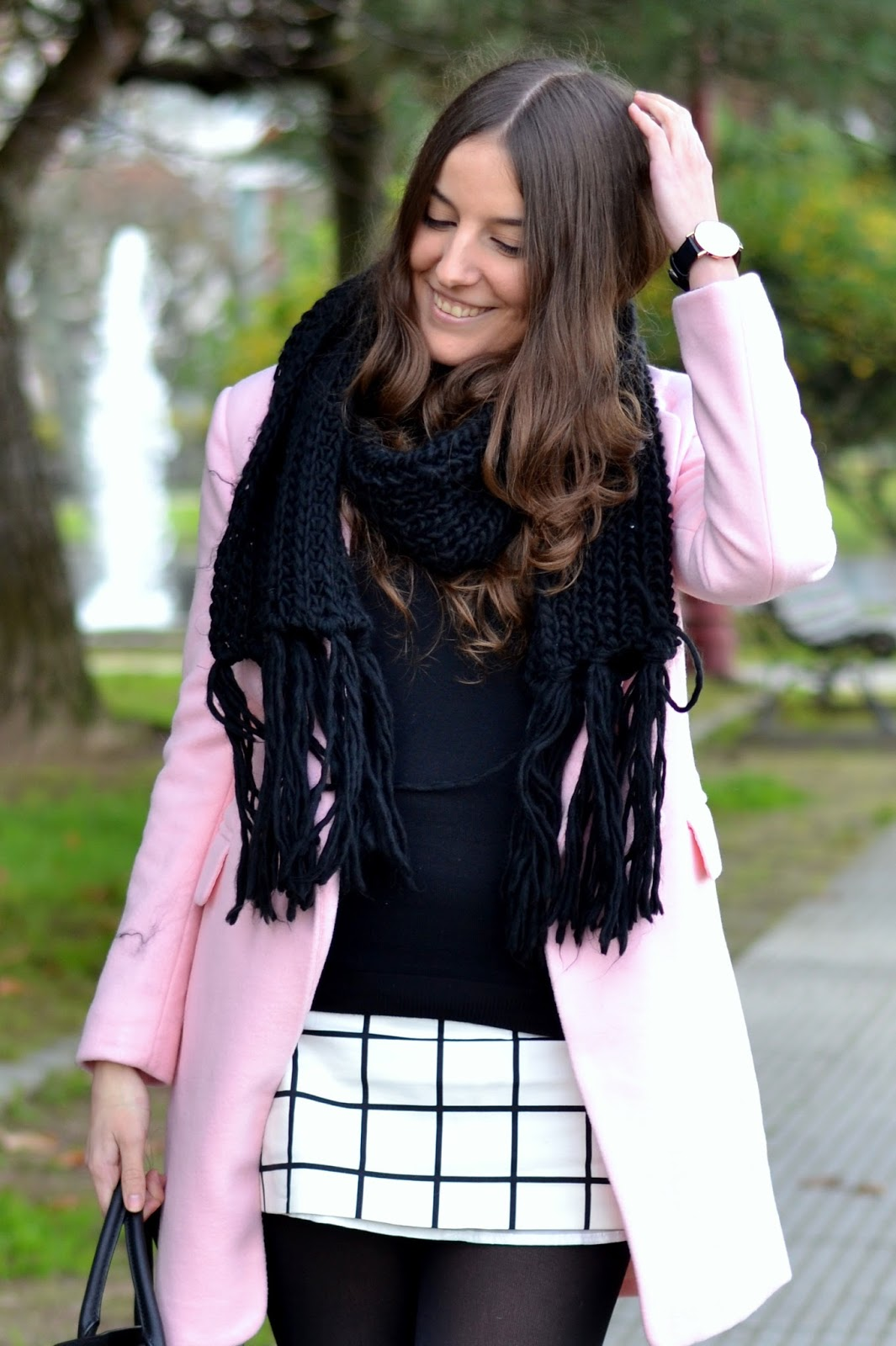 abrigo rosa con negro