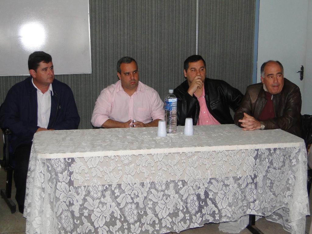 O Prefeito Arlei acompanhado de vereadores, secretários e representantes da Unifeso, conversa com os funcionários dos PSFs