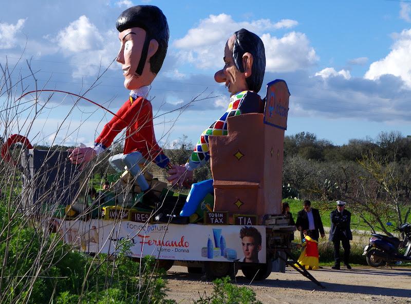 Karneval im Salento: Umzugswagen in Cerfignano (Apulien)