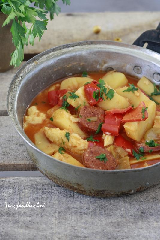 Węgierski paprykarz z ziemniakami turecką kiełbasą i kluseczkami