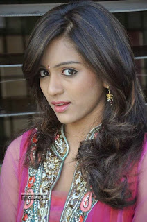 Actress-Vithika-Sheru-Stills-at-Prema-Ishq-Kaadhal-Movie-Success-Meet