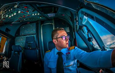 piloto de avión en la cabina