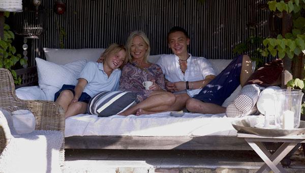 la dueña de casa con sus hijos en el porche