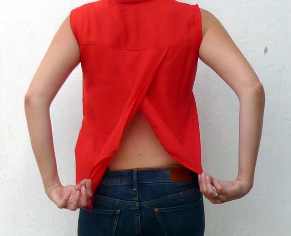 camisa roja espoalda abierta